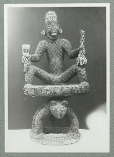 Trône à dossier. Perles [trône avec un dossier anthropomorphe recouvert de...