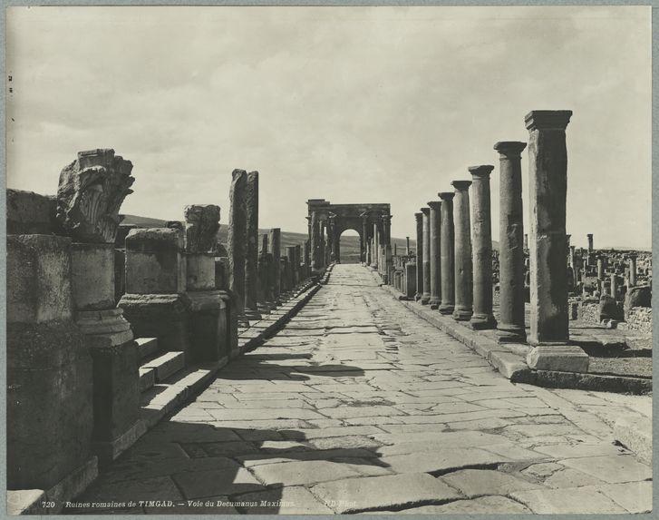 Ruines romaines de Timgad. Voie du Decumanus Maximus