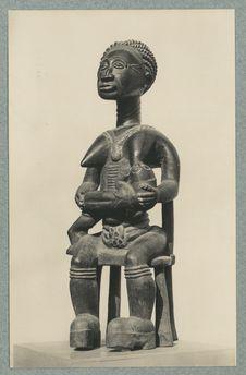 Statue commémorative Baoulé représentant une mère allaitant son enfant, symbole...