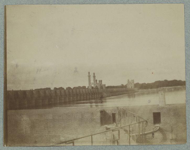 Le barrage régularisant les eaux du Nil ; (à 1 heure du Caire)