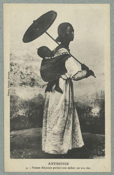 Abyssinie. Femme Abyssine portant son enfant sur son dos