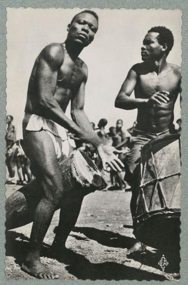 Bouar (Oubangui-Chari) : tam-tam accompagnant des danses de circoncis