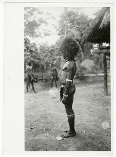 Homme vêtu d'un pagne en peau de chauve-souris
