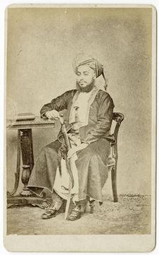 Sans titre [portrait d'un homme assis appuyé sur une table]