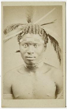 Sans titre [portrait d'homme de face avec coiffure]