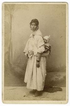 Sans titre [femme portant un enfant]