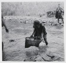 mBel mala. Des femmes pêchent dans le Snake
