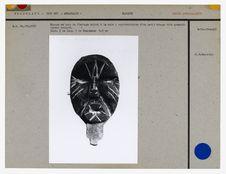 Masque en bois de flottage noirci à la suie