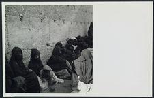 Femmes nomades rassemblées le long des murs pour l'entrée du Résident