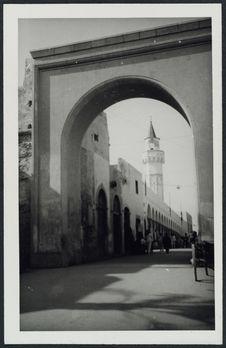 La rue principale de Tripoli et son nouvel arc d'entrée