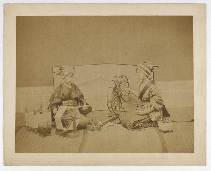 Sans titre [deux femmes en kimono filant]