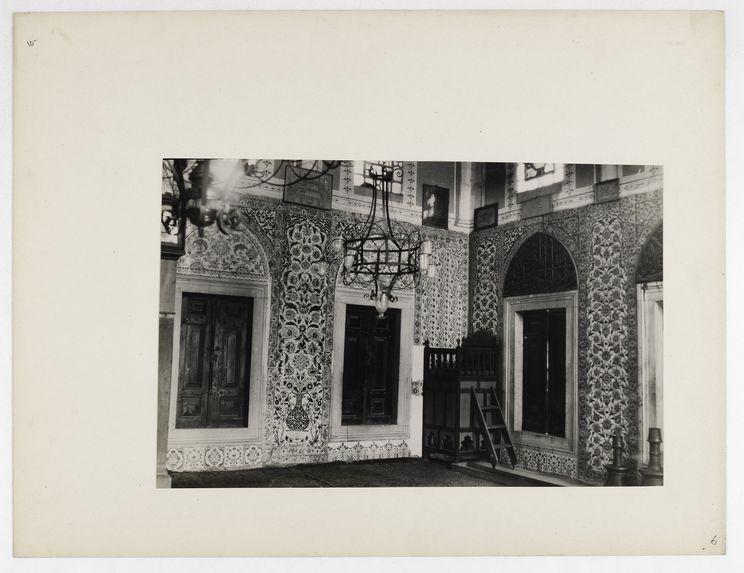Sans titre [haut fauteuil et portes dans une mosquée ou un palais ?]