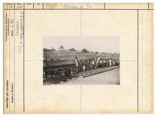 C.F.C. Les enfants contemplant la première locomotive à Yaoundé