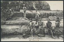 Enfants pêchant dans les rochers