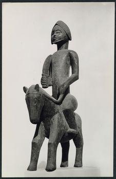 Sculpture sur bois d'un génie à cheval armé d'un sabre