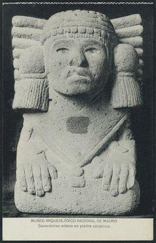 Sacerdotisa azteca en piedra volcanica