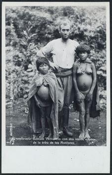 El explorador Batista Venturello con dos indíos enanos