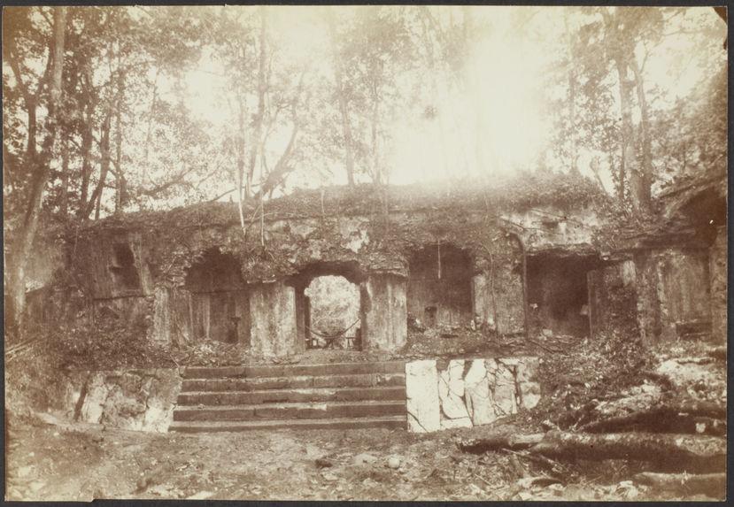 Palenque. Cour et façade ouest de l'aile orientale du palais
