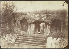 Palenque. Façade occidentale du premier batiment et intérieur de la cour du...