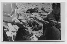 Femmes serrant le col de l'outre à eau