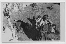 Femme et ses enfants dans la cour de la maison
