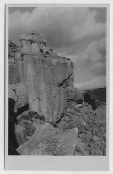 Un rocher détaché de la falaise surplombant l'Aïn Kerma