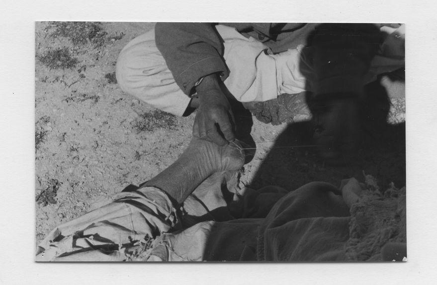 Couture des crevasses du pied d'un vieillard