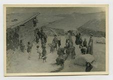 Enfants chinois et tibétains promenant un dragon de paille le jour de la fête du...
