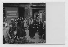 Sans titre [groupe de femmes devant un magasin]