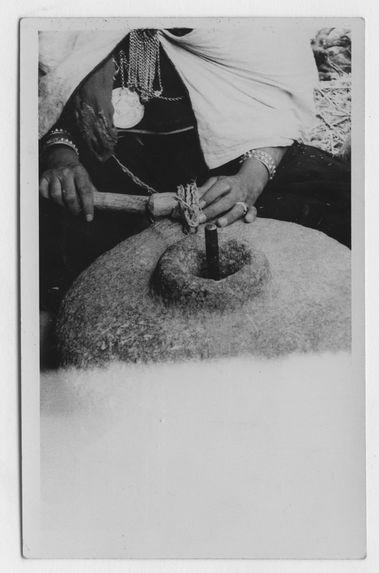 Mise en place de la manivelle du moulin à bras par Aïcha Tasourit
