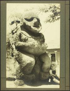 Sans titre [un garçon assis contre une sculpture monumentale]