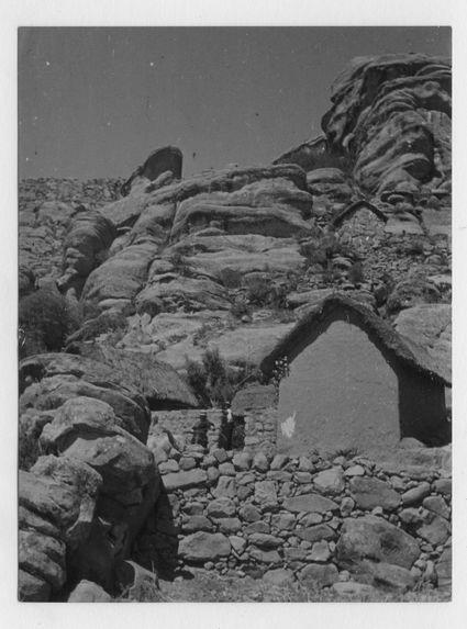 Sans titre [maison dans les rochers]
