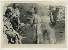 Prisonniers Lissou enchaînés par des miliciens chinois au cours d'une révolte