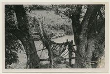 Pont de cordes et de lianes sur le torrent déversoir du lac de Tali (Yunnan)