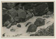 Le torrent violent du déversoir du lac de tali