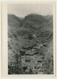 Lit de torrent au pied de la chaîne de montagnes des Tien Chan