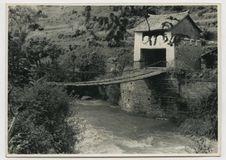 Pont de chaînes de fer sur le déversoir naturel du lac de Tali