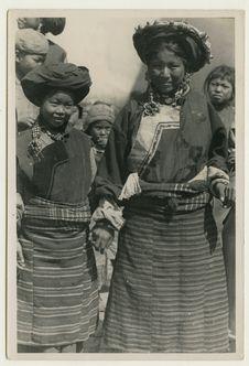 Jeunes filles tibétaines en costume de fête