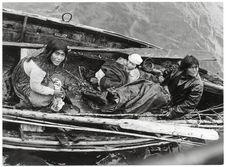 Famille atakaluf dans un canoe monoxyle