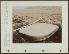 Table de pierre à l'intérieur des grands alignements du groupe Akapana