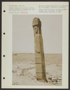Grande statue de pierre, décor gravé (exhumée et redressée par les soins de G....