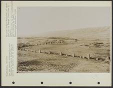 Vue des grands alignements, avec fouilles en croix exécutées au centre (à droite...