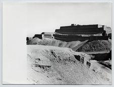 Paramonga : [vue générale de la pyramide à quatre niveaux construite sur une...