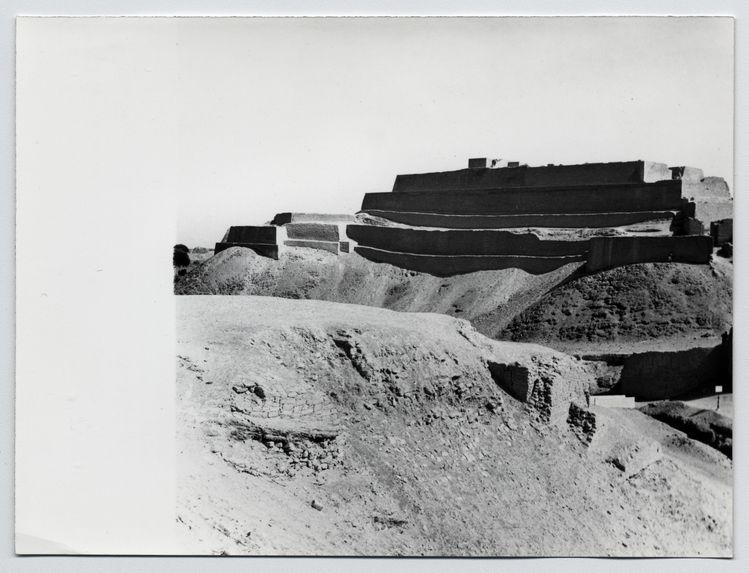Paramonga : [vue générale de la pyramide à quatre niveaux construite sur une colline].