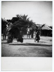 Chez les Noirs Mokandé, cérémonie d'initiation d'un jeune pagayeur