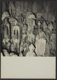 Sans titre [Entassement de plusieurs dizaines de statues en bois]