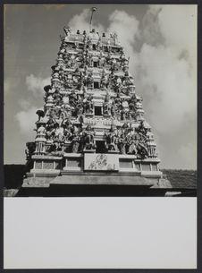 Sans titre [Monument recouvert d'une toit de sculptures]