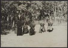 Konto : initiation bois sacré. Masques de boue et de branches et herbes