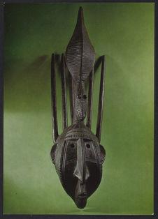 Masque à cornes surmonté d'un crocodile
