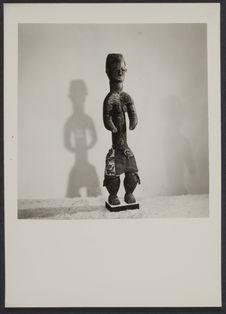 Sans titre [Sculpture en bois représentant une femme]